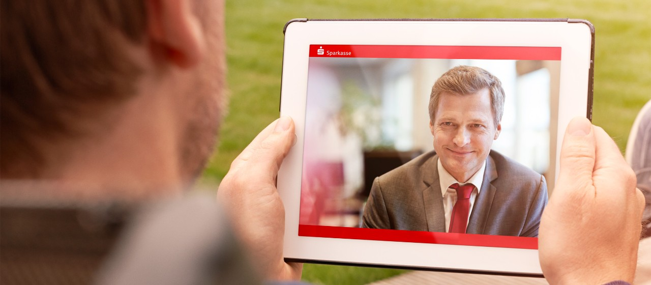 Mann beim Video-Chat mit Tablet im Garten
